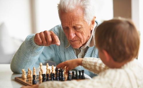 Дедушка играет в шахматы